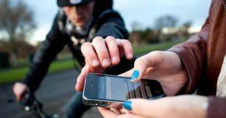 rapaz furtando celular